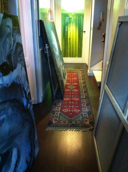 Couloir et toiles.