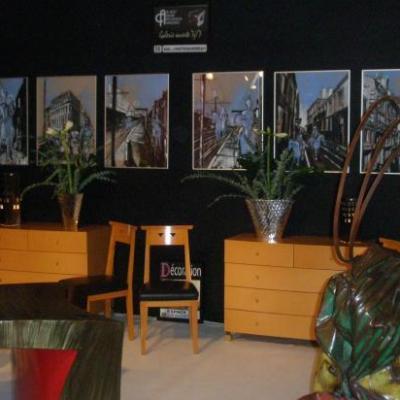 6 gouaches bleues sur le stand d'espace antiquités