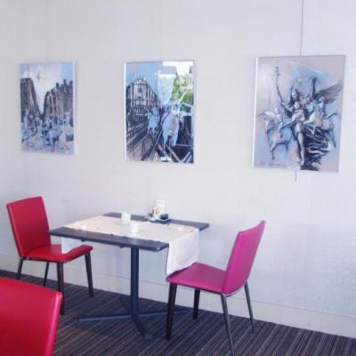 Gouaches bleues dans la salle des petits déjeuners.