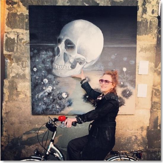 Isabelle Camus bilboquetant  un cräne