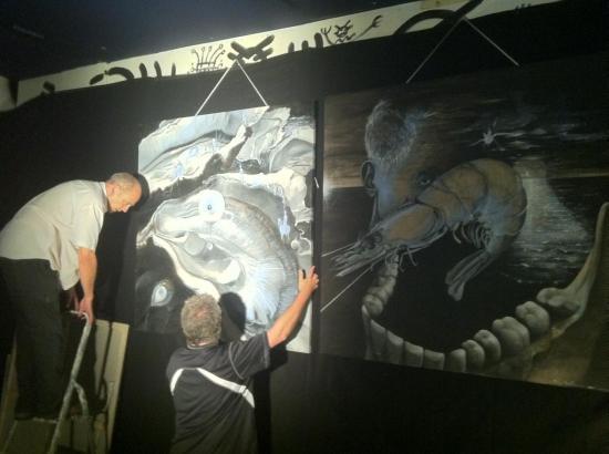 Alain Dussarat et Philippe Lissart accrochent la grande huitre cosmique.